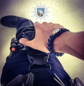 Auch Johann trägt unser Armband im Dienst