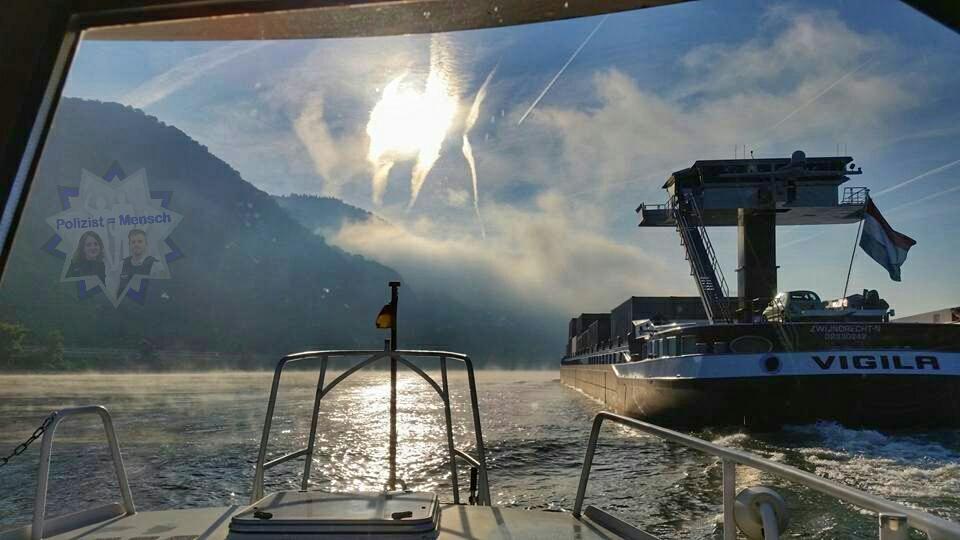 Volker von der Wasserschutzpolizei ist mit dem Boot auf Streife auf dem Rhein