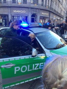 Hendrik bedankt sich bei Münchner Polizisten