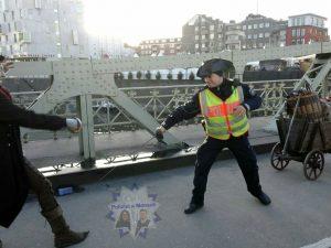 Polizist beim Fechten