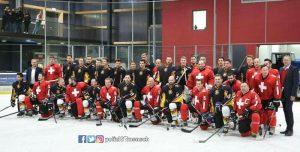 Emotionaler Moment: Benefizspiel der Polizeeishockeymannschaften aus Deutschland und der Schweiz war voller Erfolg