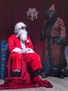 Nicht nur Polizist, sondern auch Weihnachtsmann, um Gutes zu tun
