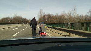 Aufregende erste Ausfahrt: Polizeilicher Begleitschutz für Senior mit Elektromobil
