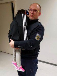 In sicheren Händen: Dreijährige, von Bundespolizisten in Obhut genommen, schläft seelenruhig weiter
