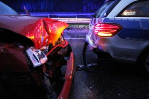 23-Jährige fährt auf Streifenwagen auf, zeigt keine Einsicht und macht abfällige Bemerkung über verletzte Polizisten