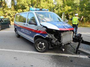 Straßensperren durchbrochen: Rücksichtslose Fahrt fordert bei schwerem Verkehrsunfall mehrere Verletzte, darunter einen Polizisten