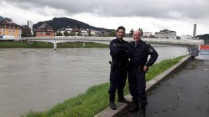 Polizisten retten leblose Person aus Fluss