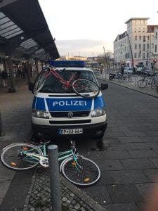 """""""Jugendlicher Übermut""""? Jugendliche bewerfen Polizeifahrzeug mit Fahrrädern"""