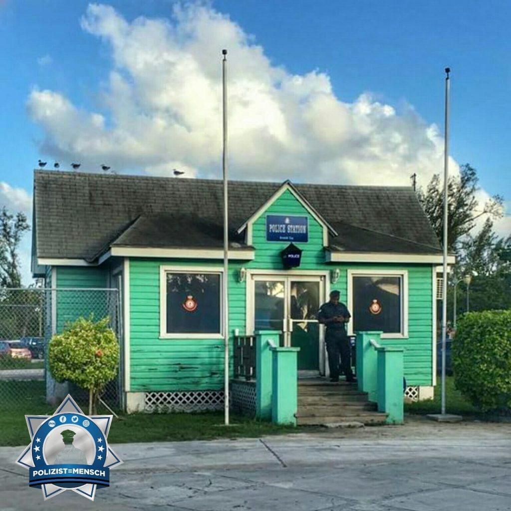 """""""So sieht eine Polizeistation auf den Bahamas aus. Viele Grüße von Christoph, Mirko und Jan."""""""