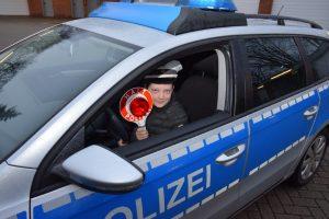 Polizisten erfüllen größten Weihnachtswunsch von Halbwaise Marlon: Ein Tag bei der Polizei