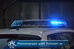 Personengruppe greift Polizisten an