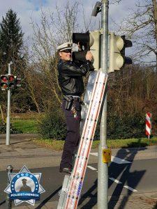 Polizist legt bei beschädigter Ampel selbst Hand an