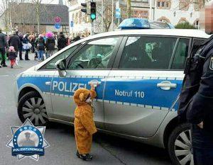 Kinderumzug oder Polizeiauto? Polizeiauto!