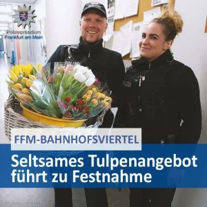 Männer machen Polizisten unseriöses Blumenangebot