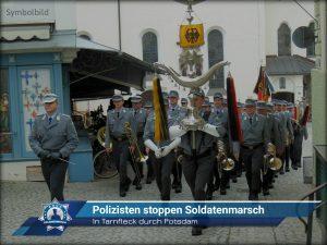 Mit Tarnfleck durch Potsdam: Polizisten stoppen Soldatenmarsch