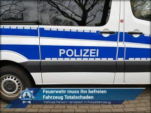 """""""Hilflose Person"""" randaliert in Polizeifahrzeug: Feuerwehr muss ihn befreien - Fahrzeug Totalschaden"""