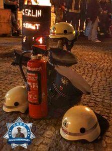 Blaulichtfamilie: Berliner Polizisten unterstützten Mahnwache der Feuerwehr #Berlinbrennt