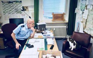 Polizisten retten Kater Charlie aus dem Gleisbett, anschließend folgte ein Vieraugengespräch mit dem Polizeichef