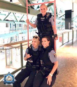 Auch Polizisten schaukeln gerne
