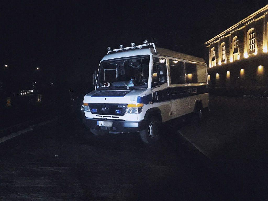 """""""Hallo liebe Polizist=Mensch-Team, die Hauptstadt ist auch diese Nacht sicher!  Viele Grüße, Nils!"""""""