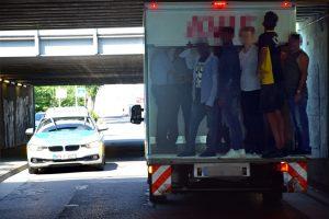 Lkw unter Brücke festgefahren: Bürger und Polizisten bekommen ihn gemeinsam wieder frei