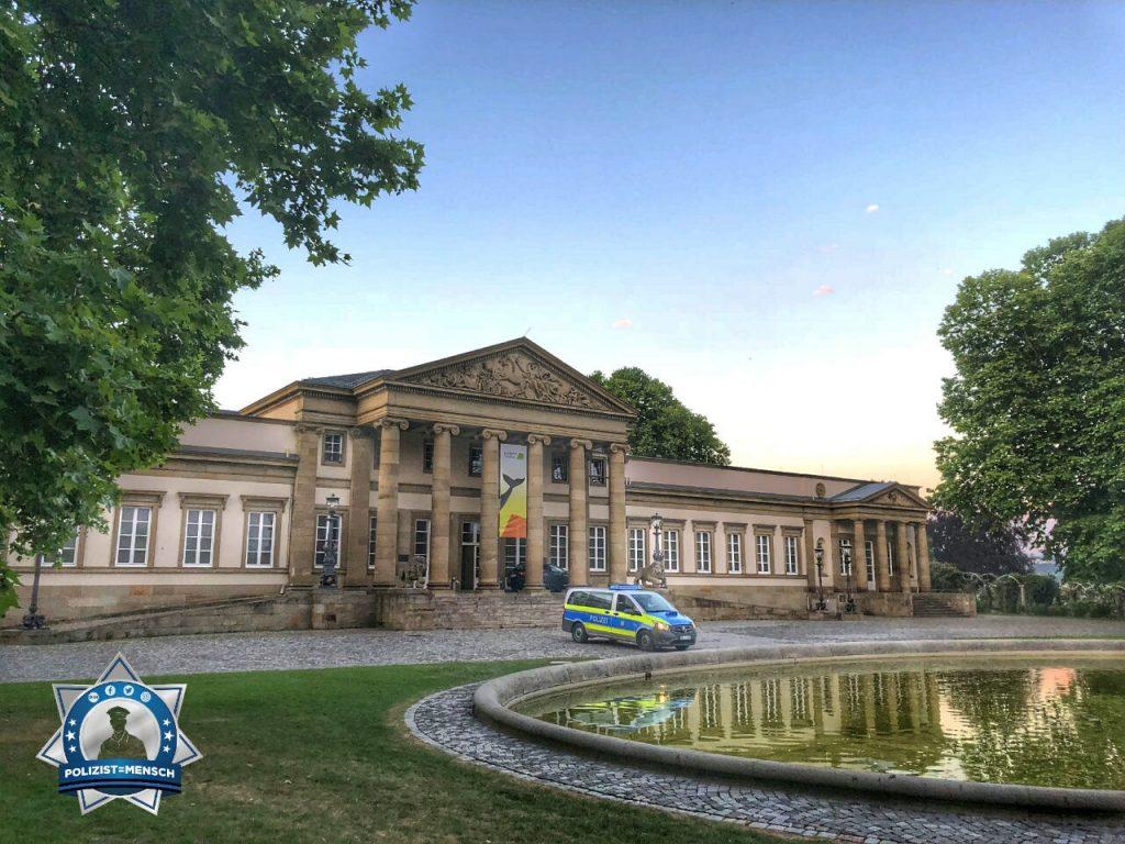 """""""Liebe Grüße von der Polizei Stuttgart, hier vor dem Schloss Rosenstein, Sven!"""""""