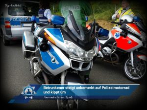Vermeintlicher Spaß: Betrunkener steigt unbemerkt auf Polizeimotorrad und kippt um
