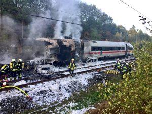 Brand im Zug auf offener Strecke: Bundespolizist leitet Rettungsmaßnahmen ein und verhindert Chaos