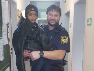 Zweijähriger Ausreißer im Schlafanzug unterwegs: Polizisten versorgen ihn mit frischen Windeln, Lebkuchen und Malbüchern