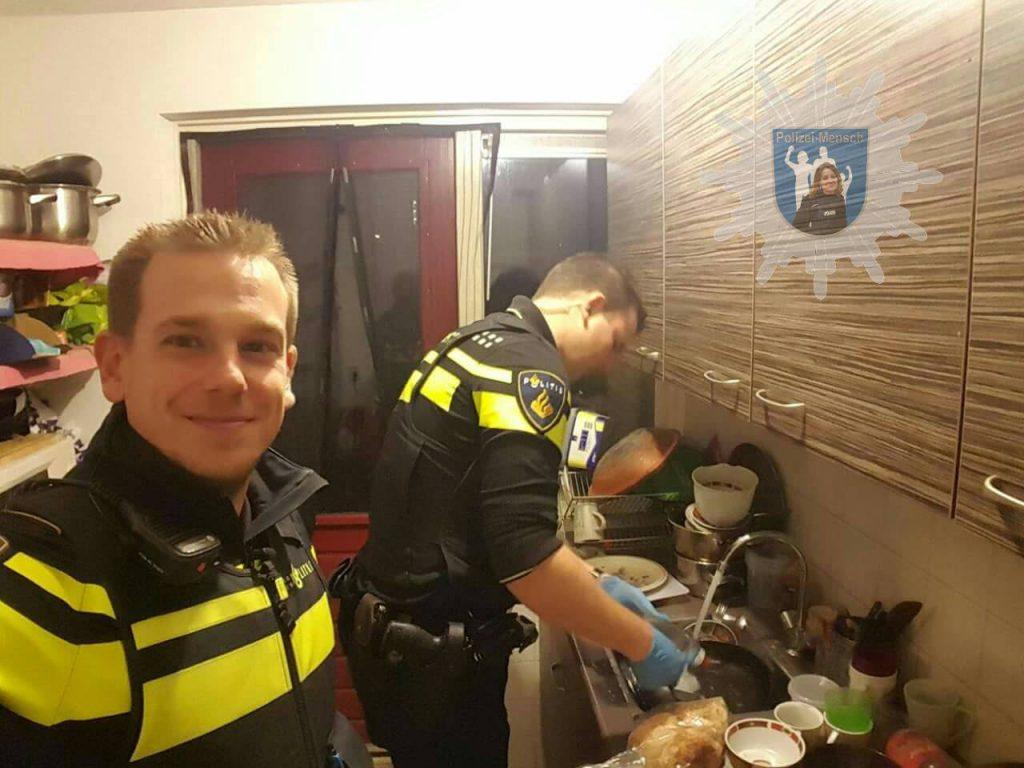 Polizisten helfen Kindern von in Not geratener Mutter