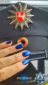 Passend zu Uniform und Vereidigung: Blaue Nägel