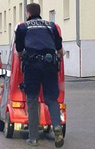 Ärmel hochgekrempelt: Polizist schiebt liegen gebliebenen Elektromobilfahrer nach Hause
