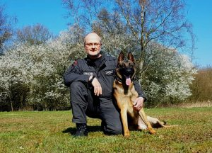 Vom Fundhund zum Diensthund: Jack hat seine Prüfung bestanden und ist jetzt ein richtiger Polizeihund
