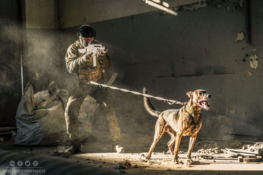 Stark im Team und allzeit bereit, achtend aufeinander und auf die, die ihnen anvertraut sind. Diensthundeführer Johann und Polizeihund Mike.