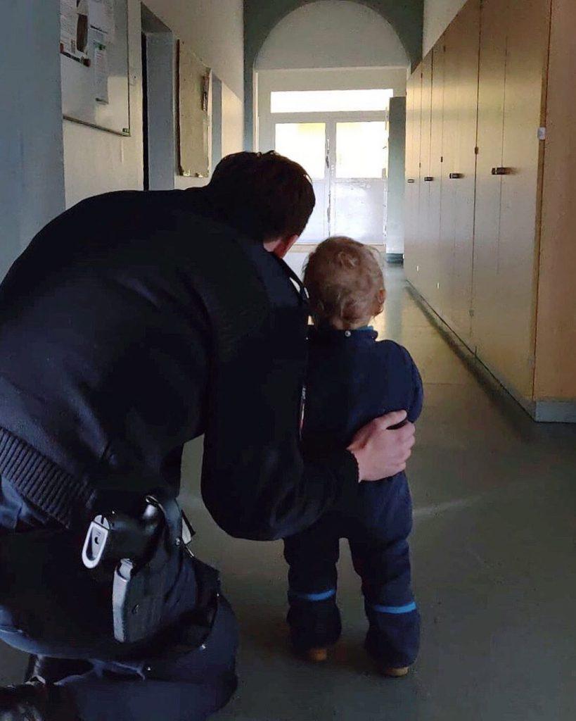 """""""Gestern hat uns die kleine Paula besucht und zusammen mit uns etwas Licht ins Dunkle gebracht! 🕵 🔦 Marius von der Polizei Hannover"""""""
