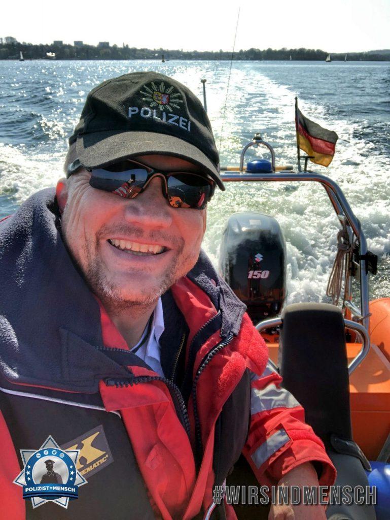 """""""Mit einem Lächeln geht alles leichter. 😄 Grüße von der Wasserschutzpolizei Kiel, Jan"""""""