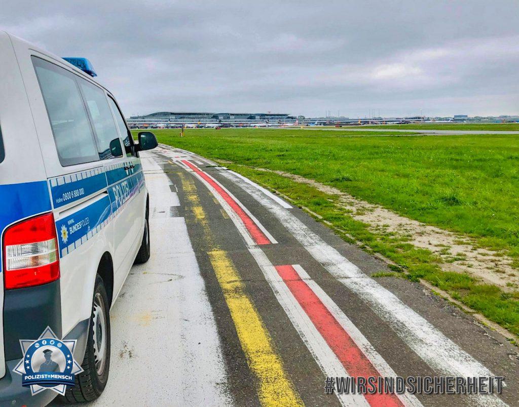 """""""Liebe Grüße vom Flughafen Hamburg! Chris und Alex"""""""