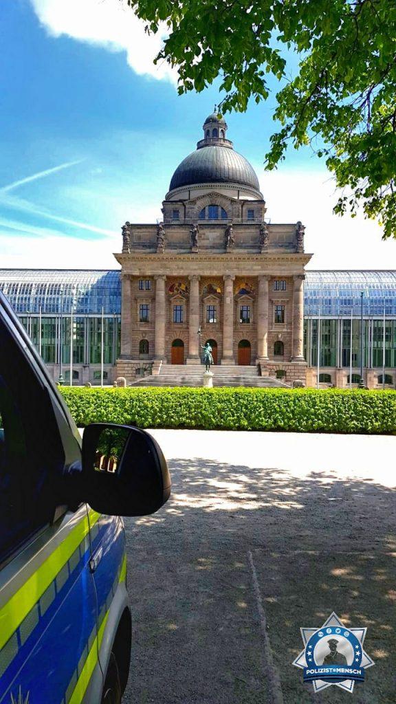 """""""Schöne Grüße aus München vor der Bayerischen Staatskanzlei, Roni."""""""