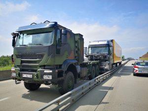 Führerlos auf der Autobahn unterwegs: Soldaten stoppen Lkw und lassen ihn auffahren