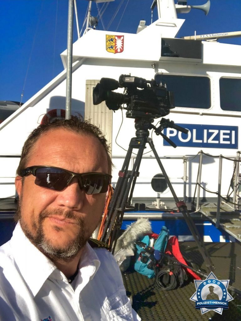 """""""Gruß von der Kieler Woche, der größten Segelveranstaltung der Welt. Und die Medien sind mit an Bord. Jan von der Wasserschutzpolizei"""""""