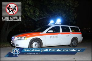 Polizist verletzt: Randalierer greift Polizisten von hinten an