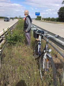 Riskantes Manöver: Polizist rettet privat 80-jährigen Geister-Radfahrer auf der Autobahn