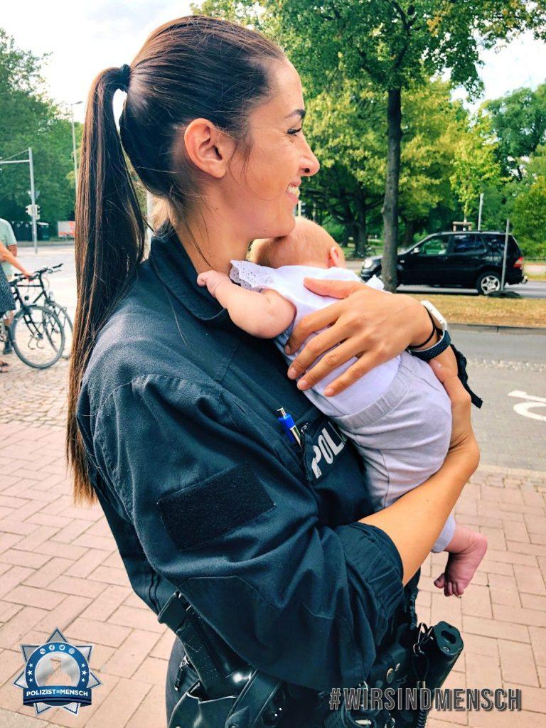 """""""In Hannover beginnt die Nachwuchsgewinnung schon sehr früh. Die Kleine ist das zweite Kind eines Kollegen, dessen Frau uns im Einsatz besuchte. Ein Highlight im Arbeitsalltag! Viele Grüße, Izabel"""""""