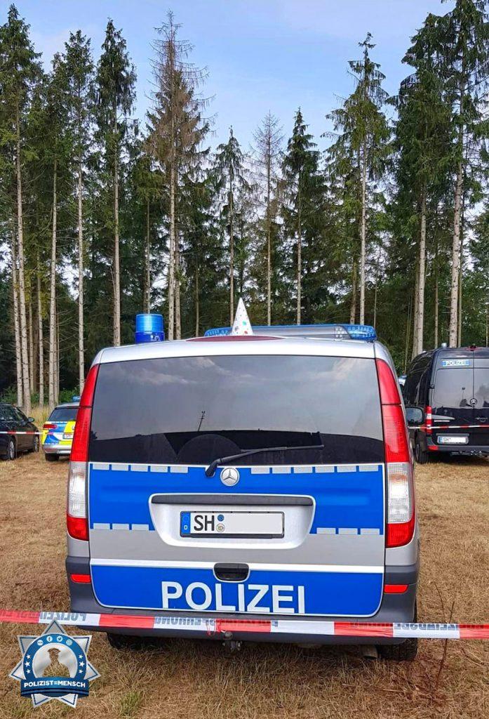 """""""Liebe Grüße vom Werner Rennen in Hartenholm. Gestern wurde auf der Streifenfahrt einer unserer Streifenwagen unbemerkt 'geschmückt'. Das Hütchen durfte bleiben. ☺️ Caro"""""""