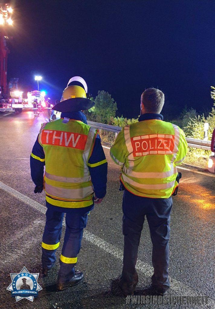 """""""Gemeinsam Hand in Hand auf der Autobahn. Die Autobahnpolizei und das THW Pforzheim sorgen für eine sichere Fahrt, sei es im den Urlaub, ins Wochenende oder ganz einfach nach Hause. Auf weitere gute Zusammenarbeit!"""""""