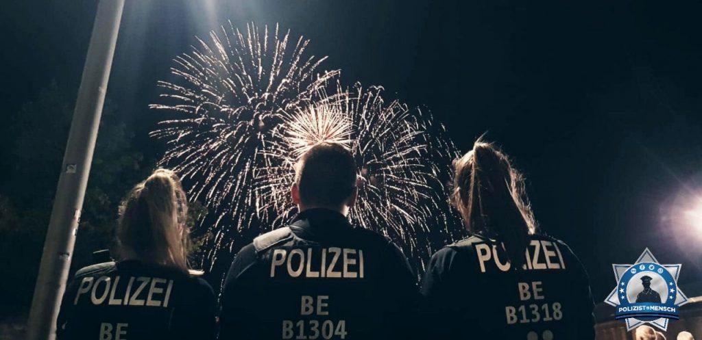 """""""Liebe Grüße von der Pyronale, eure Berliner Polizeikollegen ✌ Tobias, Vivien und Louisa"""""""