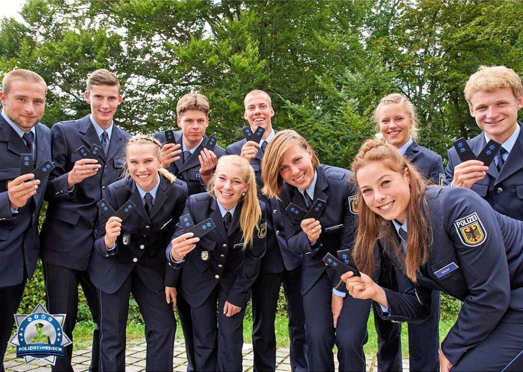 """""""Ein weiterer Lebensabschnitt hat begonnen und wir haben die Ausbildung erfolgreich absolviert. ⭐️⭐️ Die Bundespolizisten der Sportfördergruppe in Bad Endorf."""""""
