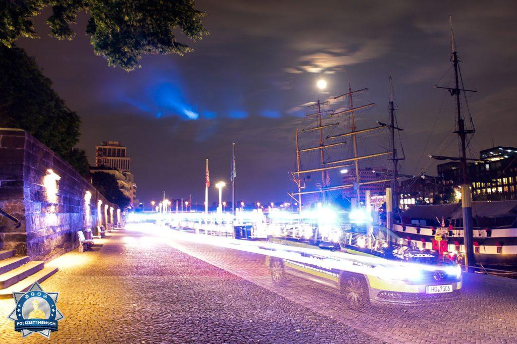 """Unser Titelbild für die zweite Septemberhälfte """"Mit Blaulicht durch die Nacht"""" kommt von Max aus der Bremer Innenstadt"""
