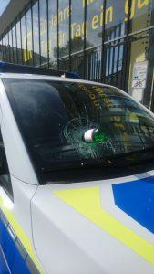Gewaltorgie, einfach so: Polizeifahrzeug demoliert, Polizistin in den Mund gespuckt und Polizist ins Handgelenk gebissen