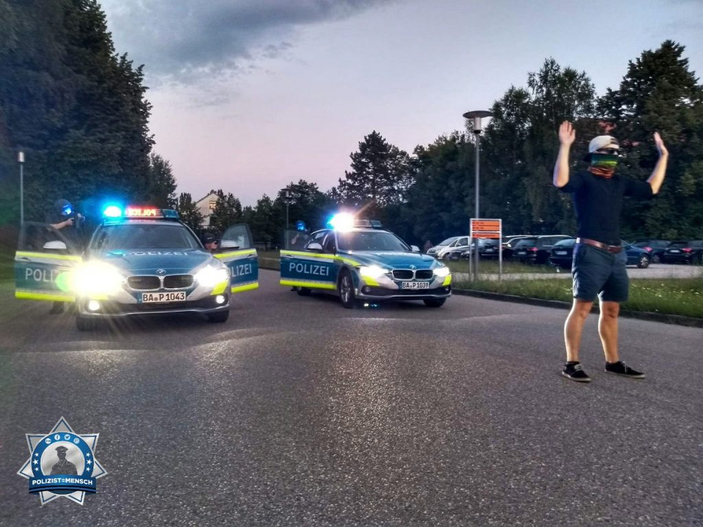 """Training on the job - Polizeischüler in Dachau trainieren in den Abendstunden."""